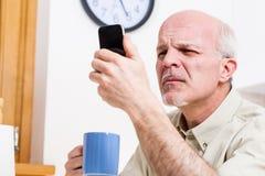 El hombre mayor tiene problemas con su visión imagen de archivo libre de regalías