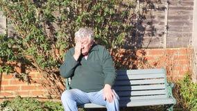 El hombre mayor tiene problemas del ojo Algo en su ojo almacen de video