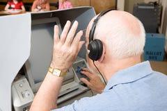 El hombre mayor utiliza la pantalla táctil Fotografía de archivo libre de regalías