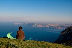 El hombre meditating Fotografía de archivo
