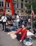 El hombre Meditating en ocupa Wall Street Imagen de archivo libre de regalías