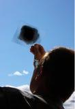 El hombre mira al sol Imagen de archivo libre de regalías
