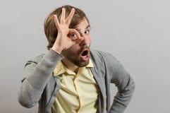 El hombre mira con una autorización de la muestra Imagen de archivo