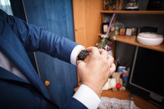 El hombre mira en el reloj Imagen de archivo libre de regalías