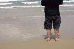 El hombre mira hacia fuera al mar Imagen de archivo libre de regalías