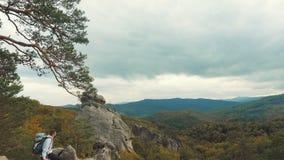 El hombre mira las rocas más altas metrajes