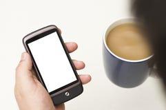El hombre mira smartphone en blanco Imagen de archivo libre de regalías
