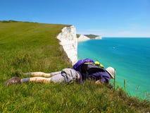 El hombre mira sobre las hermanas del borde siete del acantilado, Sussex del este, Inglaterra Imagenes de archivo