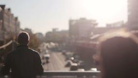 El hombre mira tráfico en la ciudad en la puesta del sol metrajes