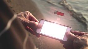 El hombre mira un teléfono futurista el exhibir del holograma de un valor de mercado común de caída en picado metrajes