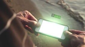 El hombre mira un teléfono futurista el exhibir del holograma de un valor de mercado común de levantamiento almacen de video