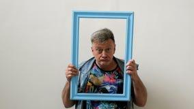 El hombre-monstruo mayor divertido mira de marco del retrato y de la lengua de las demostraciones metrajes