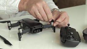 el hombre monta un quadrocopter, cuchillas de los cambios, el concepto de estudiar tecnología almacen de metraje de vídeo