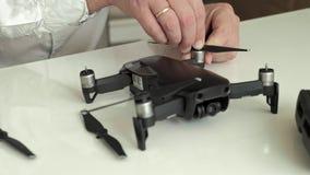 el hombre monta un quadrocopter, cuchillas de los cambios, el concepto de estudiar tecnología almacen de video