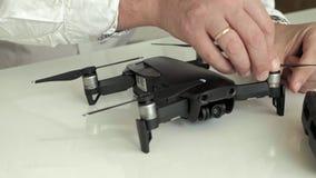 el hombre monta un quadrocopter, cuchillas de los cambios, el concepto de estudiar tecnología metrajes