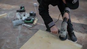 El hombre muele construcciones de la madera almacen de metraje de vídeo