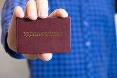 El hombre muestra el certificado Imágenes de archivo libres de regalías