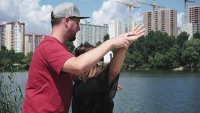 El hombre muestra a femenino cómo utilizar los vidrios de VR almacen de metraje de vídeo