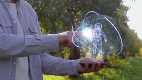 El hombre muestra el holograma con el astronauta almacen de metraje de vídeo