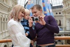 El hombre muestra a la muchacha con el cuadro del bebé con la cámara imagen de archivo libre de regalías