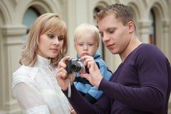 El hombre muestra a la muchacha con el cuadro del bebé con la cámara imagen de archivo