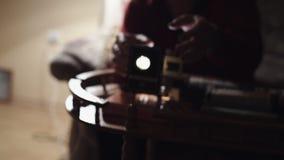 El hombre muestra las fotos en el proyector de diapositiva metrajes