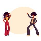 El hombre, mujer con el pelo afro en 1970 s viste el disco del baile Foto de archivo