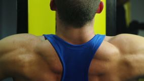 El hombre muscular fuerte acaba con los ejercicios de la desconexión, entrenamiento activo en gimnasio almacen de metraje de vídeo