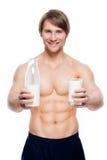 El hombre muscular hermoso joven sostiene la leche Imágenes de archivo libres de regalías
