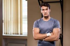 El hombre muscular rasgado en el gimnasio que hace deportes imágenes de archivo libres de regalías