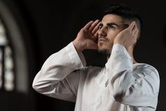 El hombre musulmán está rogando en la mezquita Fotos de archivo libres de regalías