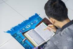 El hombre musulmán lee Quran durante el tiempo del Ramadán Fotografía de archivo