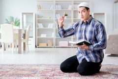 El hombre musulmán que ruega en casa Fotos de archivo libres de regalías