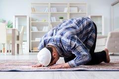 El hombre musulmán que ruega en casa Fotos de archivo