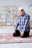 El hombre musulmán que ruega en casa Imagen de archivo