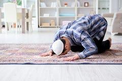 El hombre musulmán que ruega en casa Imagen de archivo libre de regalías