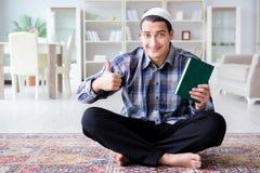 El hombre musulmán que ruega en casa Fotografía de archivo libre de regalías