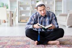 El hombre musulmán que ruega en casa Foto de archivo