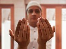 El hombre musulmán ruega en mezquita Imágenes de archivo libres de regalías