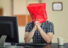 El hombre muy tímido está encontrando amor en Internet Foto de archivo libre de regalías
