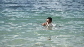 El hombre nada en el mar tropical almacen de video