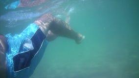 El hombre nada en el mar metrajes