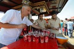 El hombre negocia la comida turca tradicional Imagenes de archivo