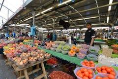 El hombre negocia las frutas Foto de archivo