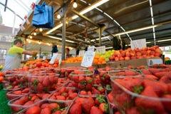 El hombre negocia las frutas Fotografía de archivo