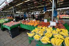 El hombre negocia las frutas Foto de archivo libre de regalías