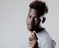 El hombre negro afroamericano atractivo joven en rabia amenaza a perforación con el puño en trastorno enojado Imagenes de archivo