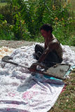El hombre nepalés sopla para arriba almohada abajo Fotos de archivo