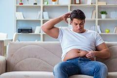 El hombre obeso gordo en concepto de dieta imagen de archivo