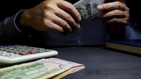 El hombre ofrece el dinero en la oficina Préstamo personal almacen de metraje de vídeo